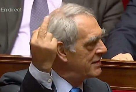 Henri Emmanuelli, député PS, faisant un doigt d'honneur à François Fillon