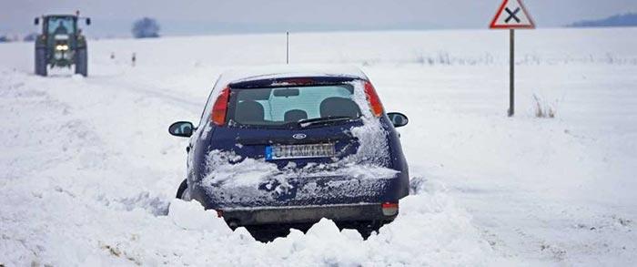 Une voiture dans le fossé, sacrées chutes de neige!