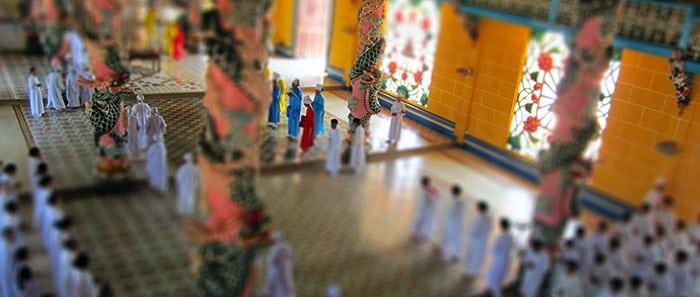Cérémonie au Grand Temple de Cao Dai (effet Tilt Shift)