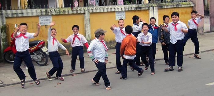 Des enfants contents de nous voir à Hué (Vietnam)