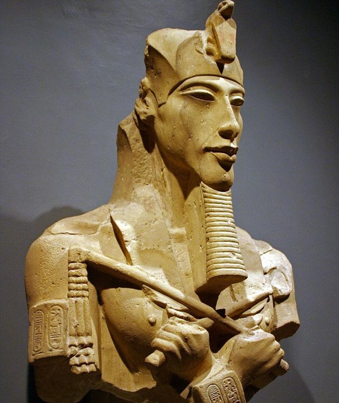 Buste d'Akhenaton au musée de Louxor