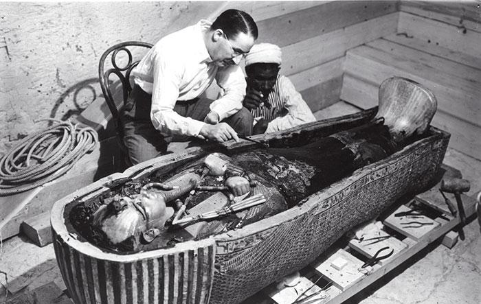 Howard Carter ouvre le sarcophage intérieur de Toutânkhamon, le 16 février 1923