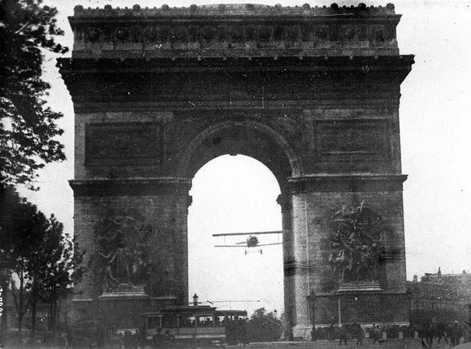 Le vol de Charles Godefroy sous l'Arc de Triomphe