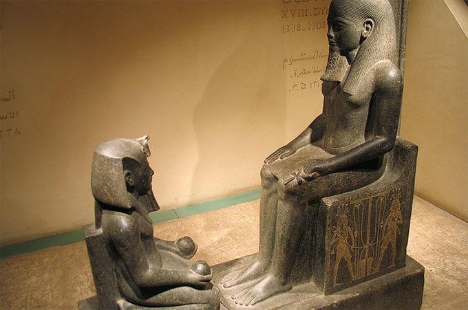 Le Pharaon Horemheb agenouillé devant le Dieu Créateur Atoum